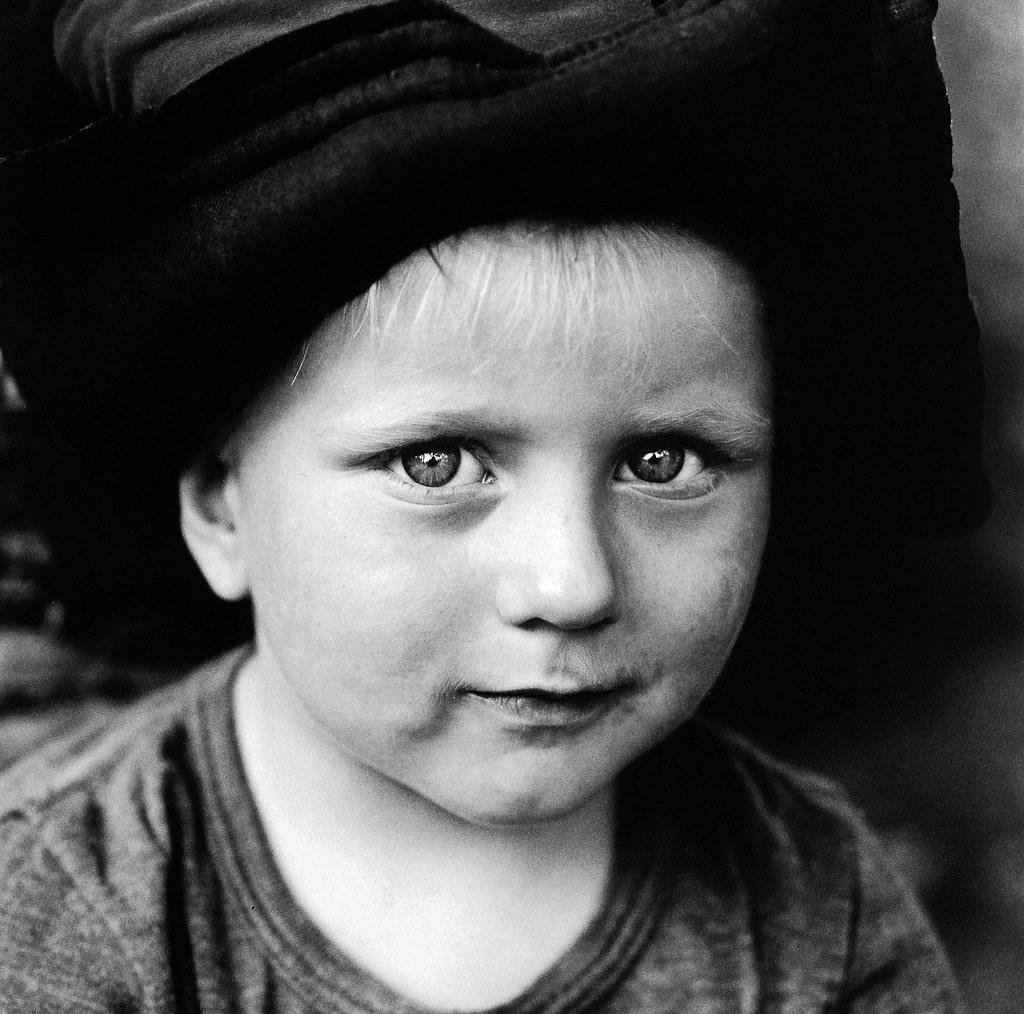 Kleiner Junge mit Hut bei der Familienfotografie und Kinderfotografie mit Tageslicht in Hamburg