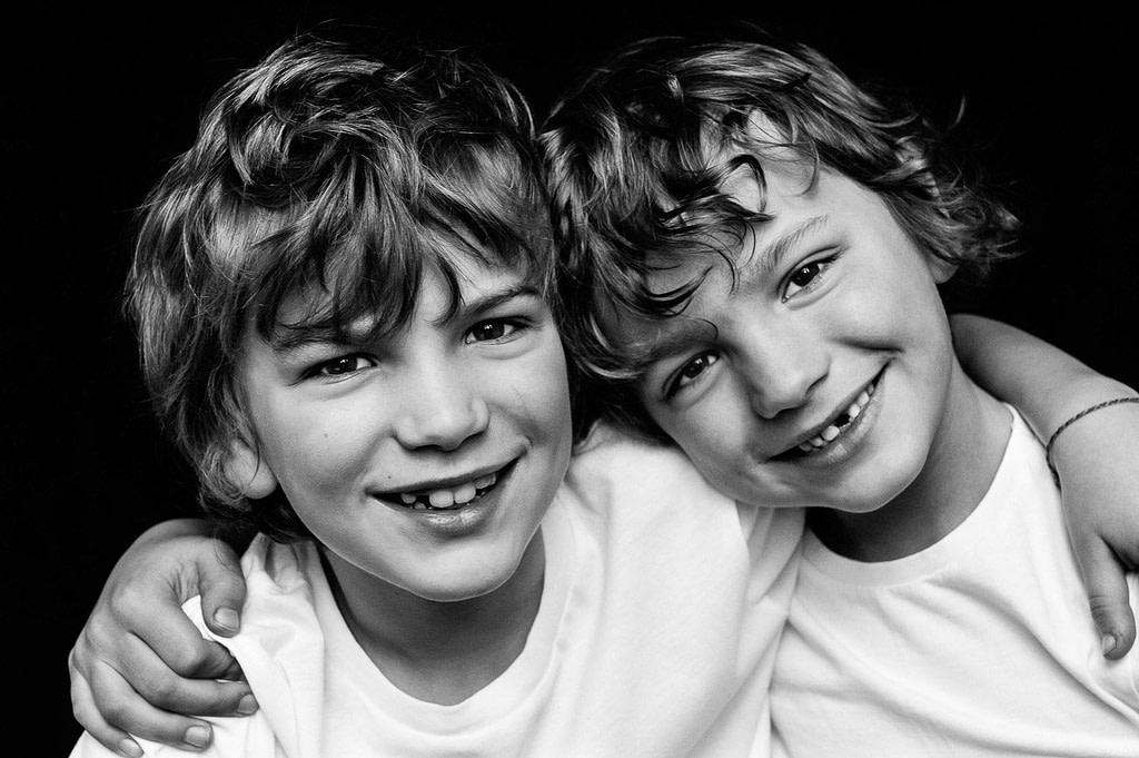 Zwei Brüder halten sich im Arm bei der Kinderfotografie in Hamburg Altona