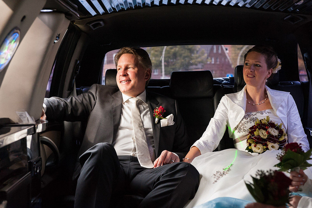 Die Hochzeitsfamilie in der Stretchlimo auf einer Tour durch die Hamburger City. Die Hochzeitsbilder vom Hochzeitsfotograf Hamburg