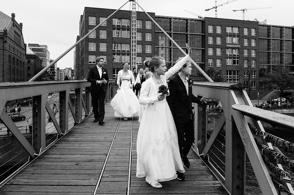 Die Hochzeitsfamilie auf dem Weg von der Speicherstadt zur Flußschifferkirche im Binnenhafen. Die Hochzeitsbilder vom Hochzeitsfotograf Hamburg