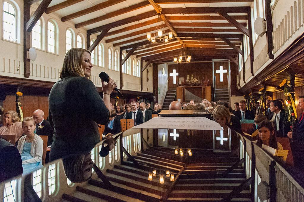 Mit Live Musik beginnt die Trauzeremonie in der Flußschifferkirche. Die Hochzeitsbilder vom Hochzeitsfotograf Hamburg