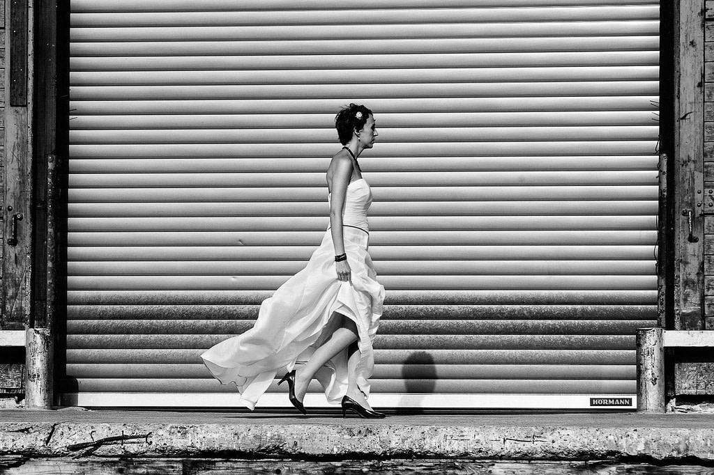 Braut am Rolltor vom Schuppen 50 an der Australiastrasse im Hamburger Hafen beim Hochzeitsshooting mit dem Hochzeitsfotograf Hamburg