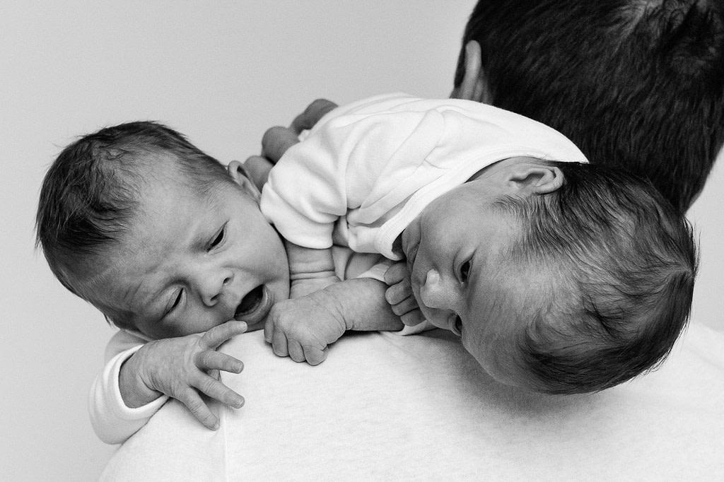 Zwillinge auf der Schulter vom Papa beim Baby Fotoshooting in Hamburg Barmbek