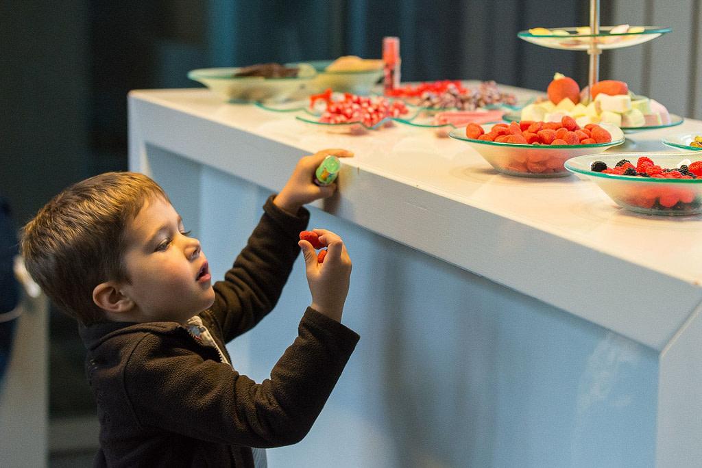 Kleiner Junge am Süßigkeiten Büfett im Restaurant Kai 10. Die Hochzeitsbilder vom Hochzeitsfotograf Hamburg