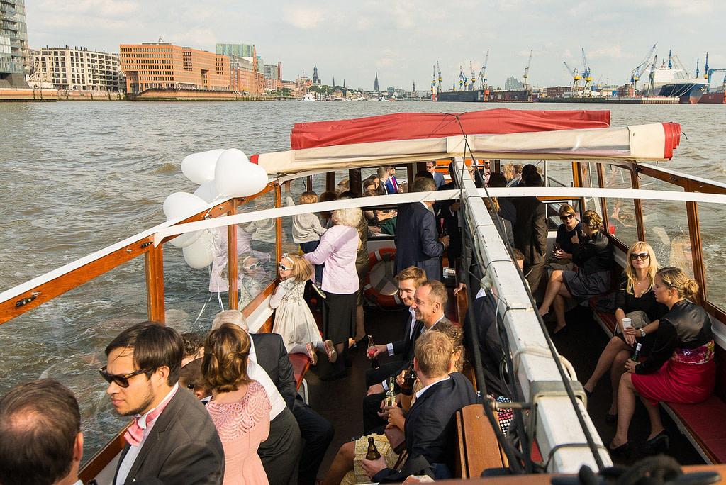 Hochzeitsgesellschaft unterwegs mit der Hafenbarkasse bei Hochzeitsfotografie Hamburg