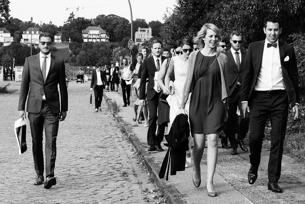 Die Hochzeitsgäste auf dem Weg vom Bubendeyufer zur Villa am Jachthafen bei Hohzeitsfotografie Hamburg