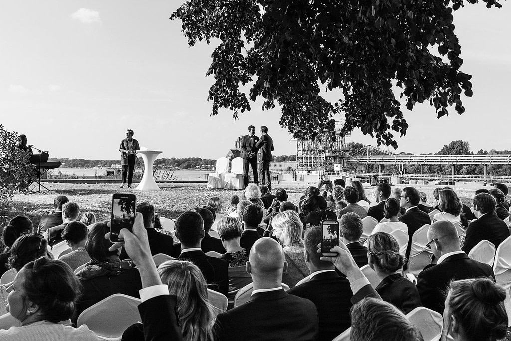 Die Hochzeitsgesellschaft vor der Trauung an der Villa im Jachthafen bei Hochzeitsfotografie Hamburg