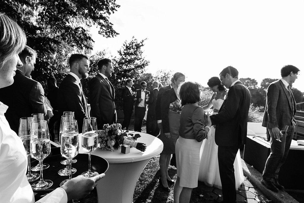 Hochzeitsgesellschaft feiert mit Sekt an der Villa im Jachthafen bei Hochzeitsfotografie Hamburg