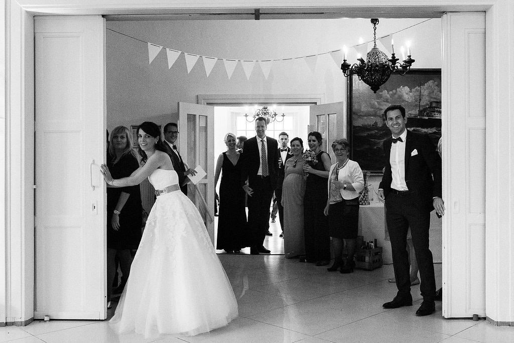 Das Hochzeitspaar eröffnet den Saal für das Hochzeitsdinner in der Villa am Jachthafen bei Hochzeitsfotografie Hamburg