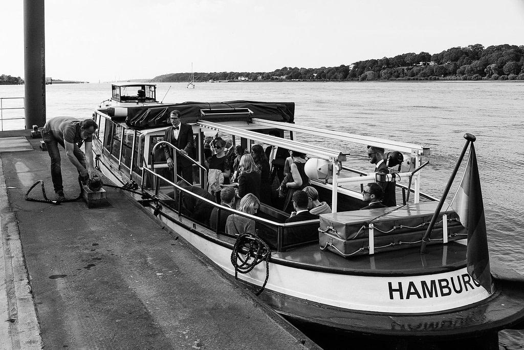 Die Hafenbarkasse mit den Hochzeitsgästen legt am Bubendeyufer an bei Hochzeitsfotografie Hamburg