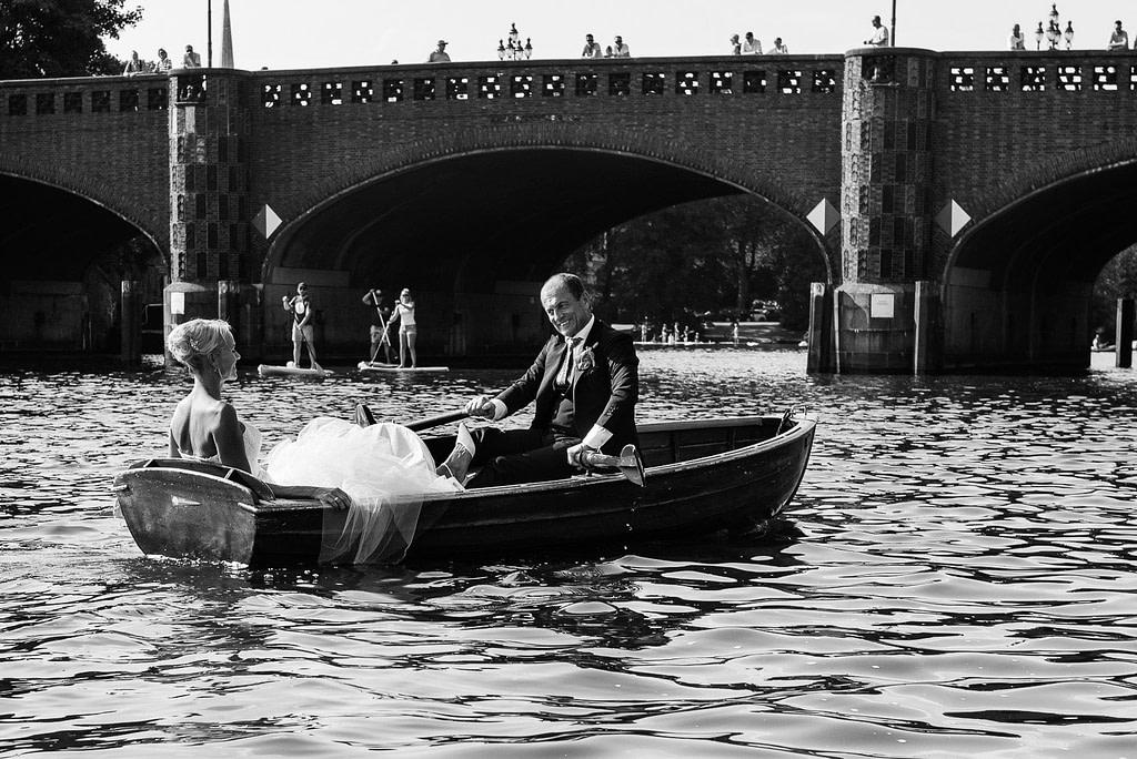 Das Hochzeitspaar beim Bootsausflug im Ruderboot auf der Außenalster an der Krugkoppelbrücke beim Hochzeitsfotograf Hamburg