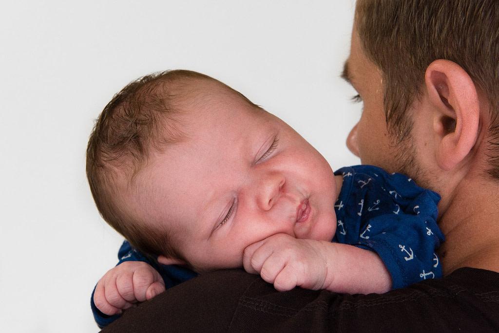 Baby schläft auf Papas Schulter beim Baby Fotoshooting in Hamburg Lurup