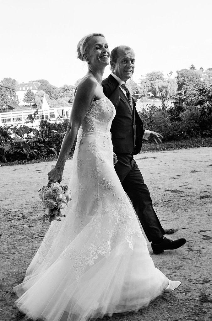 Das Hochzeitspaar bei den Hochzeitsfotos unterwegs im Alstervorland an der Außenalster in Harvestehude beim Hochzeitsfotograf Hamburg