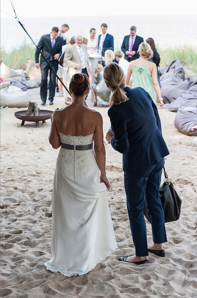 Die Hochzeitsfeier am Strandlokal vom Schloß Weissenhaus Grand Village Resort am Ostseestrand beim Hochzeitsfotograf Hamburg