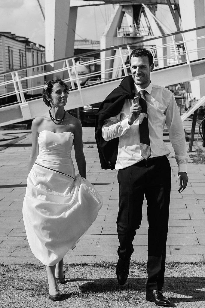 Hochzeitspaar schlendert über die Kaianlagen am Australiakai im Hamburger Hafen beim Hochzeitsshooting mit dem Hochzeitsfotograf Hamburg