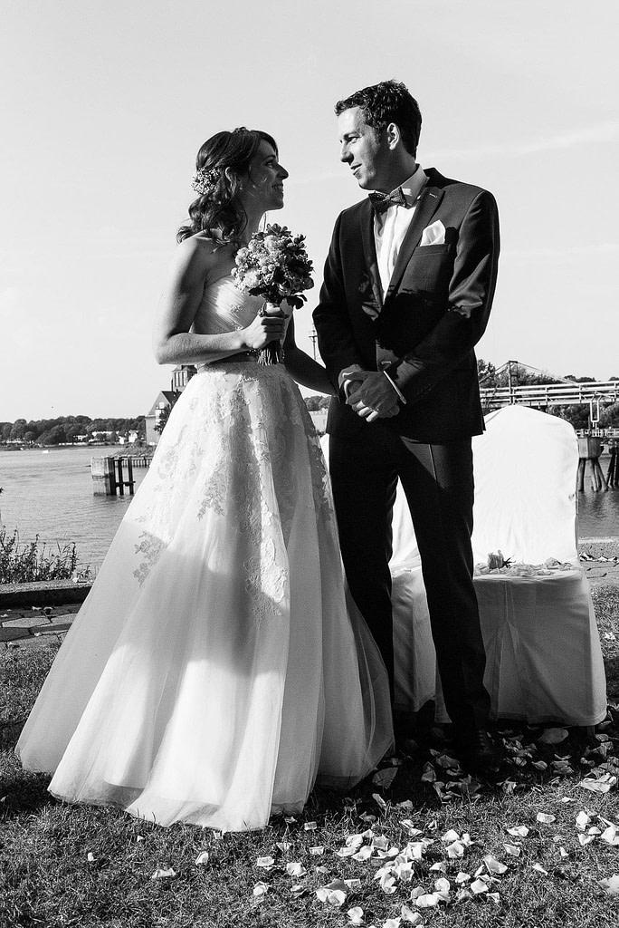 Das Hochzeitspaar gibt sich das Eheversprechen an der Villa im Jachthafen bei Hochzeitsfotografie Hamburg