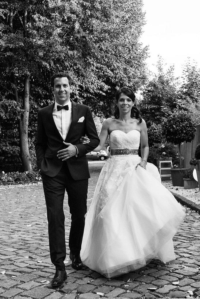 Hochzeitspaar auf dem Weg zur Villa im Jachthafen bei Hochzeitsfotografie Hamburg