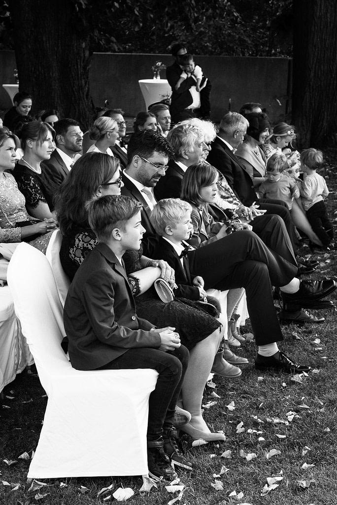 Die Hochzeitsgäste nehmen ihre Plätze ein vor der Trauung an der Villa im Jachthafen bei Hochzeitsfotografie Hamburg
