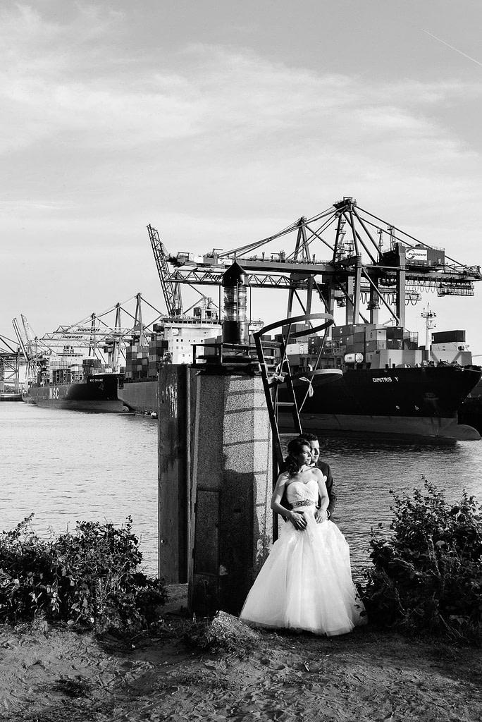 Das Hochzeitspaar genießt die Abendsonne im Containerhafen am Eurokai bei Hochzeitsfotografie Hamburg