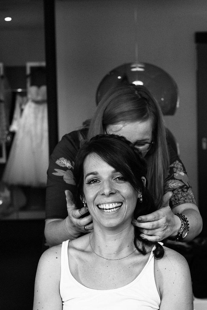 Die Braut wird am Morgen im 25hours Hotel geschminkt und frisiert bei Hochzeitsfotografie Hamburg