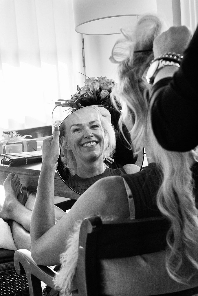 Die Hairstylistin bei der Arbeit an der Hochzeitsfrisur am Morgen des schönsten Tag im Leben beim Hochzeitsfotograf Hamburg