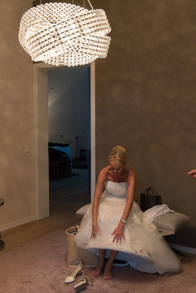 Die Braut beim Einkleiden für den schönsten Tag im Leben beim Hochzeitsfotograf Hamburg