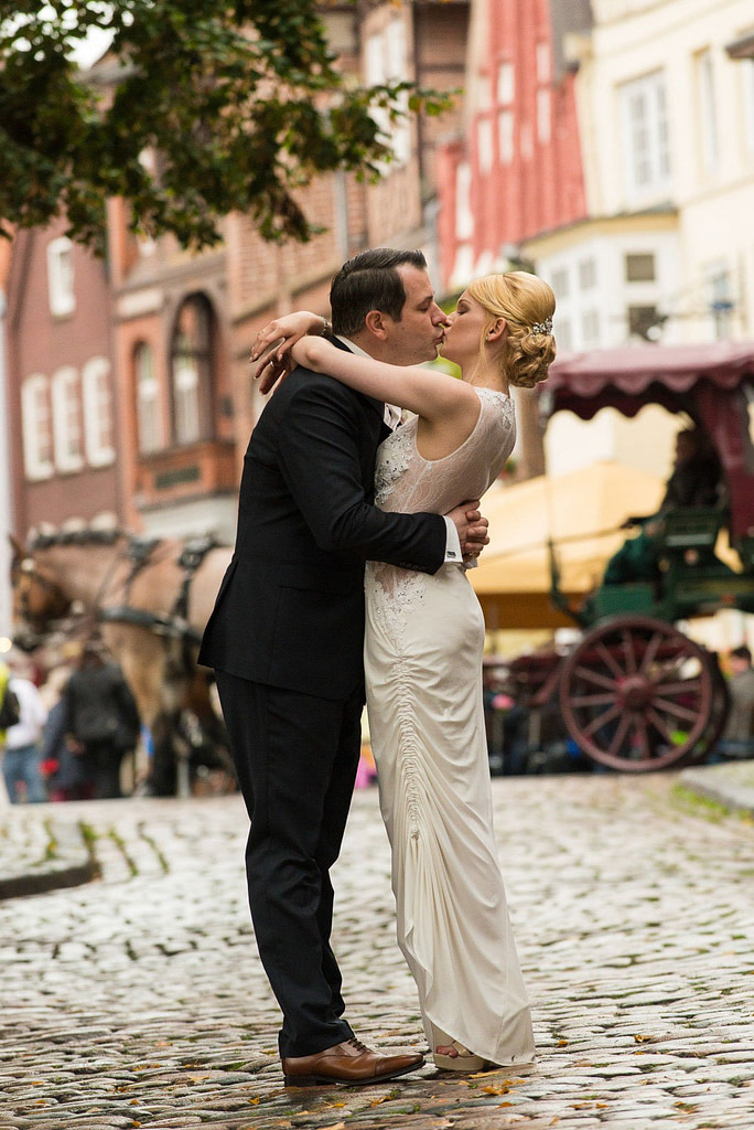 Hochzeitskuß bei den Hochzeitsfotos in der Altstadt von Lüneburg beim Hochzeitsfotograf Hamburg