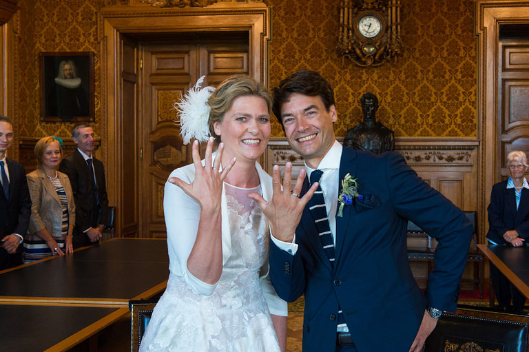 Das Hochzeitspaar zeigt voller Stolz die Eheringe nach der Trauung im prunkvollen Phönixsaal vom Hamburger Rathaus beim Hochzeitsfotograf Hamburg