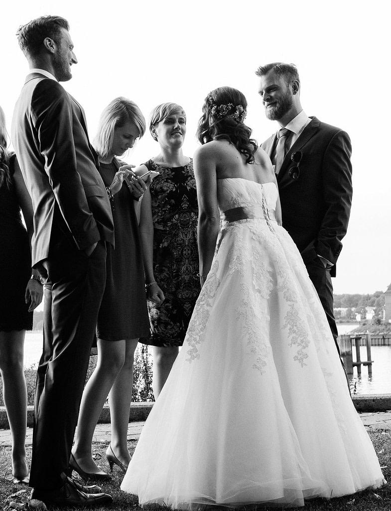 Die Braut mit ihren Hochzeitsgästen an der Villa im Jachthafen mit Hochzeitsfotografie Hamburg