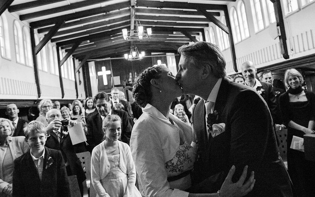 Hochzeitskuß zum Abschluß der Trauung in der Flußschifferkirche. Die Hochzeitsbilder vom Hochzeitsfotograf Hamburg