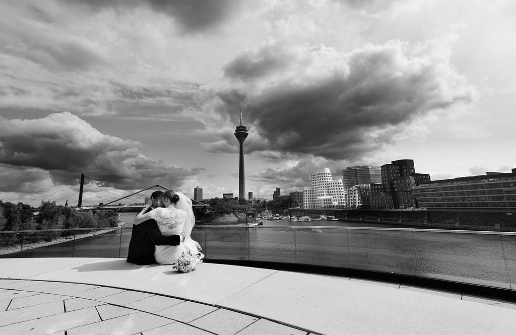Brautpaarfotos am Pebbles im Medienhafen Düsseldorf