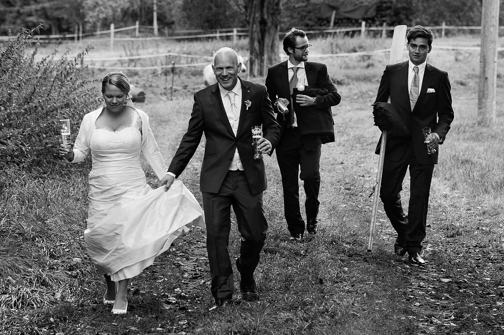 Hochzeitspaar mit Trauzeugen bei der Landhochzeit läuft gemeinsam über die Felder am Gutshof Woldzegarten in Mecklenburg Vorpommern beim Hochzeitsfotograf Landhochzeit Hamburg