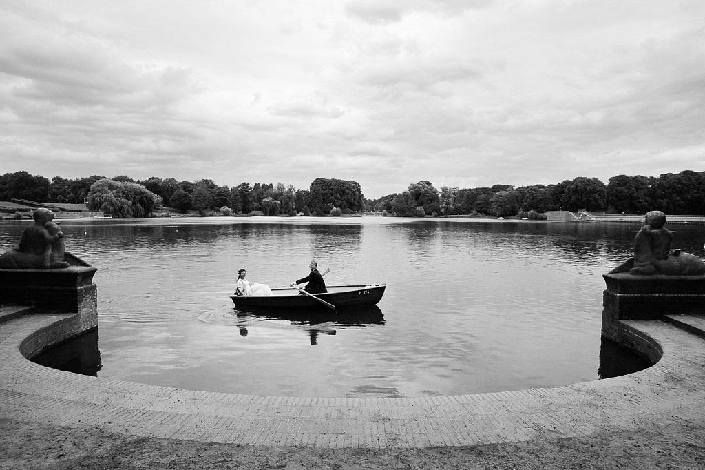 Braut und Bräutigam im romantischen Ruderboot auf dem Stadtparksee in Hamburg Winterhude bei den Brautpaarfotos beim Hochzeitsfotograf Hamburg