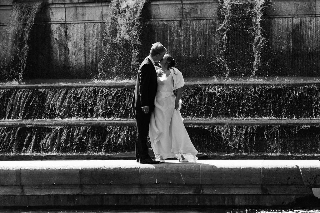 Hochzeitskuß am Springbrunnen vom Planetarium im Hamburger Stadtpark in Winterhude bei den Brautpaarfotos beim Hochzeitsfotograf Hamburg