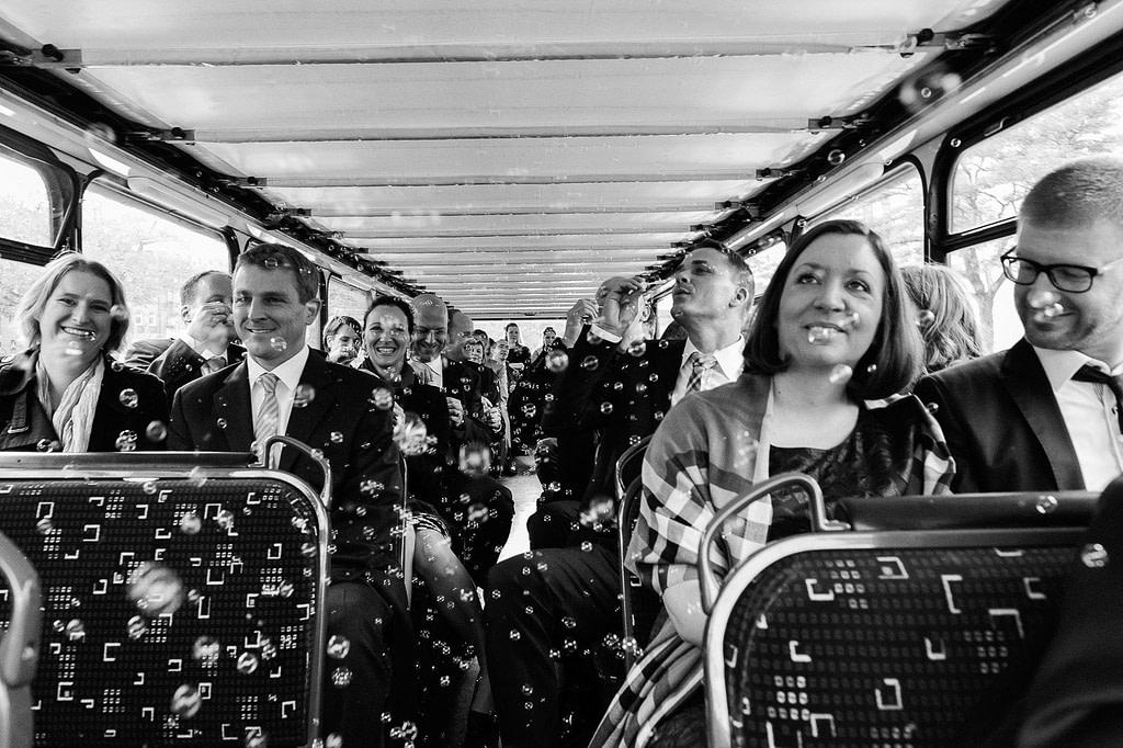 Die Hochzeitsgesellschaft im Doppeldeckerbus auf dem Weg zum Hochzeitsdinner. Die Hochzeitsbilder vom Hochzeitsfotograf Hamburg