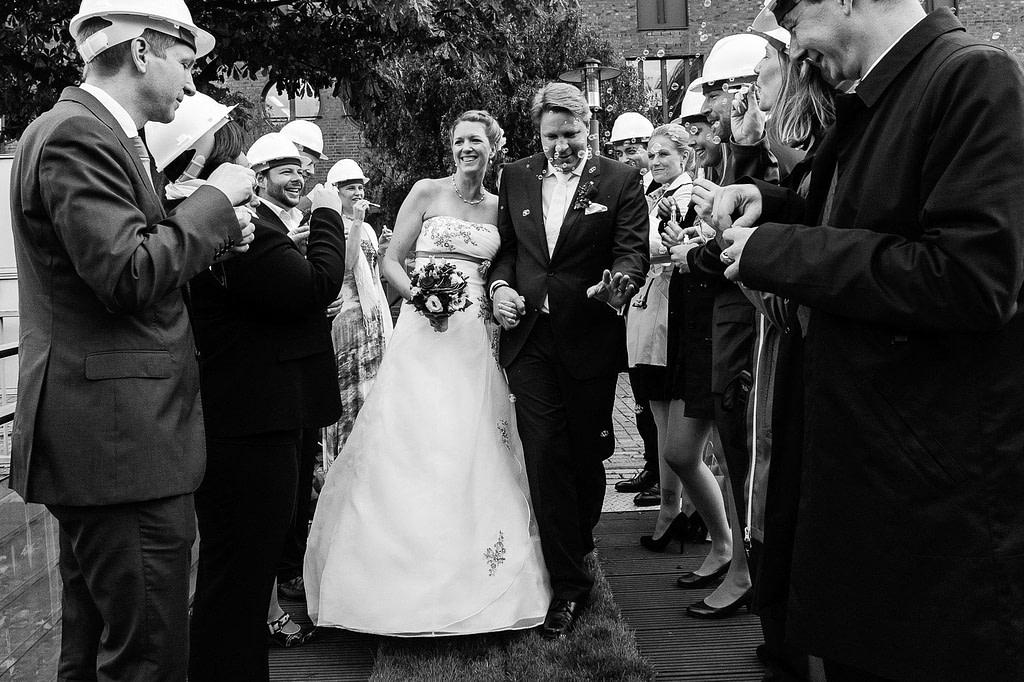 Das Hochzeitspaar wird von seinen Hochzeitsgästen am Restaurant Kai 10 in Hammerbrook begrüßt. Die Hochzeitsbilder vom Hochzeitsfotograf Hamburg