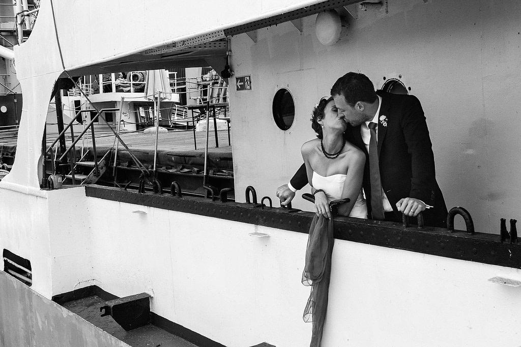 Hochzeitspaar beim Hochzeitskuß an der Reling des historischen Frachters MS BLeichen im Hansahafen Hochzeitspaar schlendert über die Kaianlagen am Australiakai im Hamburger Hafen beim Hochzeitsshooting mit dem Hochzeitsfotograf Hamburg