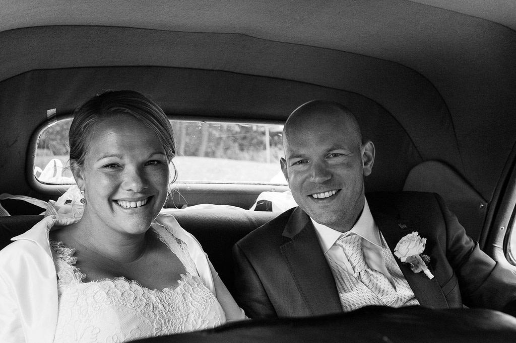 Hochzeitspaar im Hochzeitsauto Citroen Gangsterlimosine CV11 bei der Landhochzeit in Röbel an der Müritz in Mecklenburg Vorpommern beim Hochzeitsfotograf Landhochzeit Hamburg