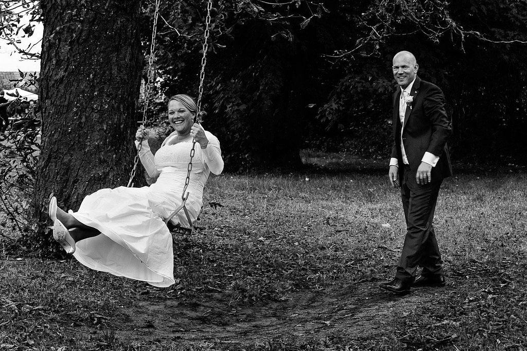 Braut und Bräutigam auf der Baumschaukel bei der Landhochzeit im Parl vom Gutshof Woldzegarten in Mecklenburg Vorpommern beim Hochzeitsfotograf Landhochzeit Hamburg