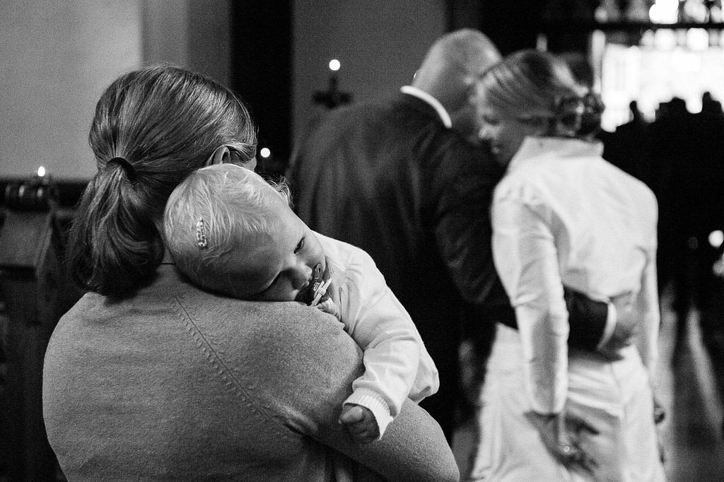 Hochzeitspaar mit Baby beim Auszug aus der Sankt Marien Kirche in Röbel an der Müritz in Mecklenburg Vorpommern beim Hochzeitsfotograf Landhochzeit Hamburg