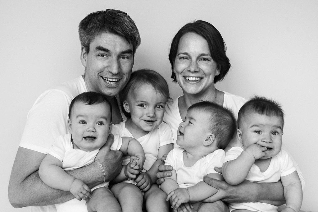 Mama, Papa, große Schwester und Drillinge beim Baby Fotoshooting in Hamburg Eimsbüttel