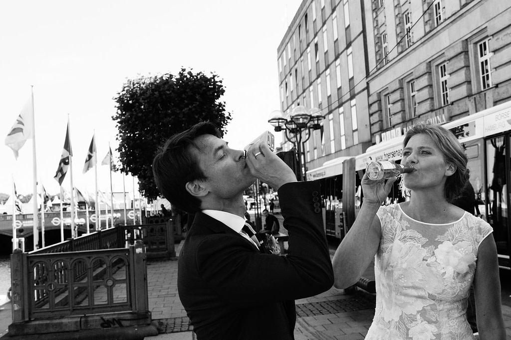 Braut und Bräutigam stoßen auf ihre Vermählung an beim Hochzeitsfotograf Hamburg