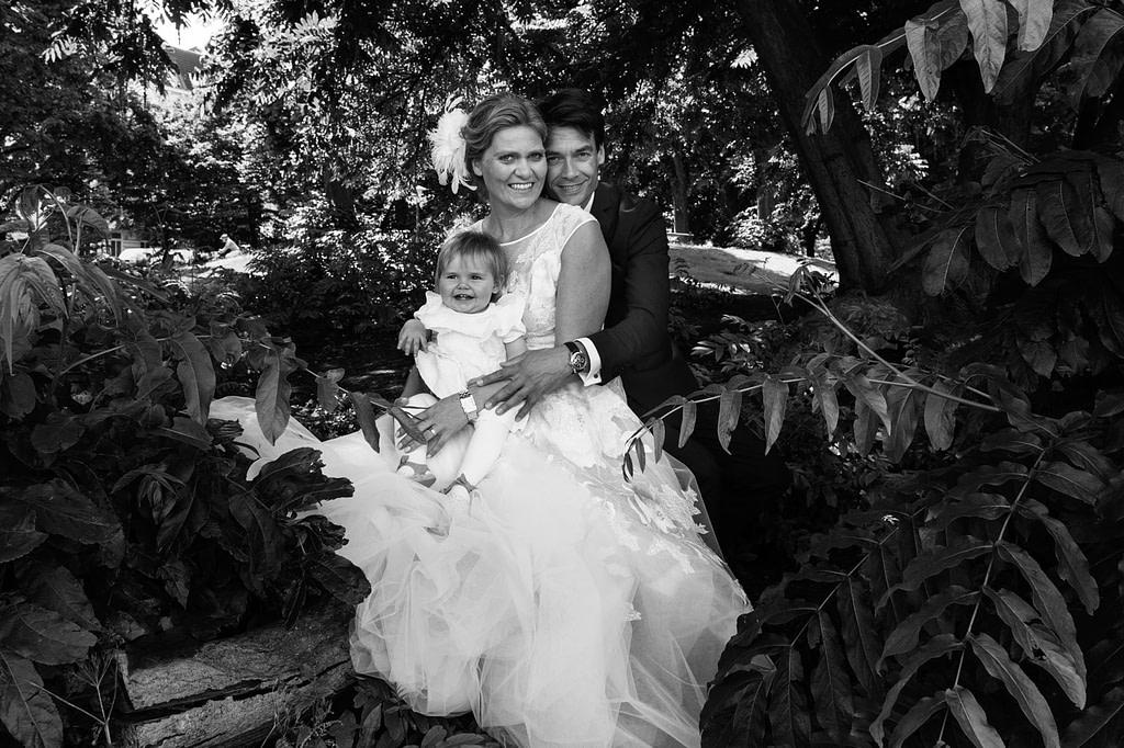 Brautpaarfotos mit Hochzeitskind an der Aussenalster beim Hochzeitsfotograf Hamburg