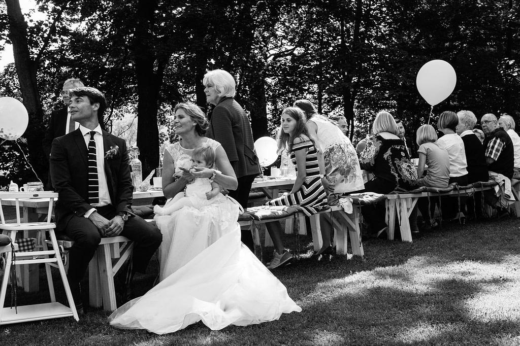 Hochzeitspaar und Hochzeitsgäste am Goldschätzchen der Koch Fabrik auf dem Golf Park Peiner Hof in Priesdorf beim Hochzeitsfotograf Hamburg