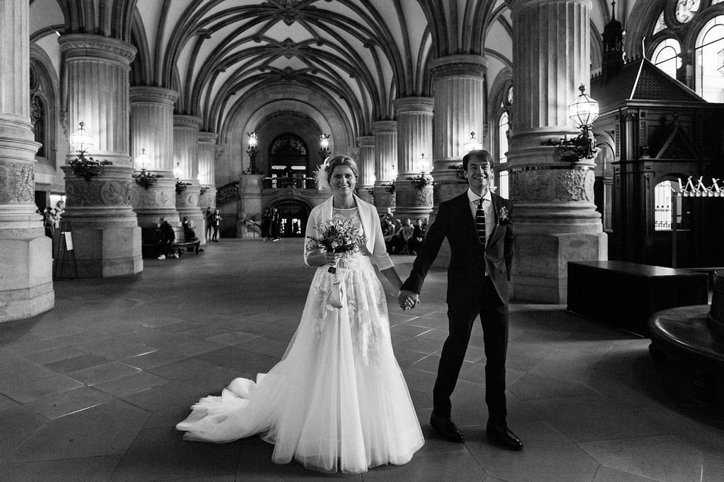 Das Hochzeitspaar betritt die Eingangshalle des Hamburger Rathaus beim Hochzeitsfotograf Hamburg