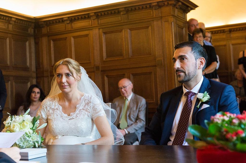 Hochzeitspaar im Trausaal vom Standesamt Düsseldorf