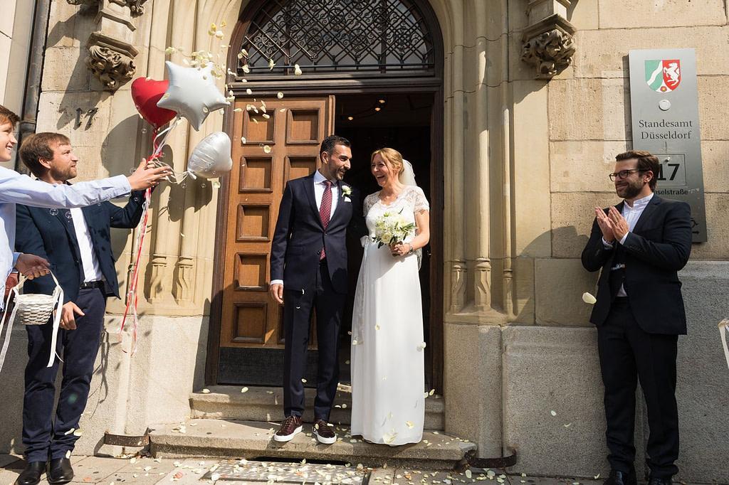 Hochzeitspaar nach der Trauung vor dem Standesamt Düsseldorf