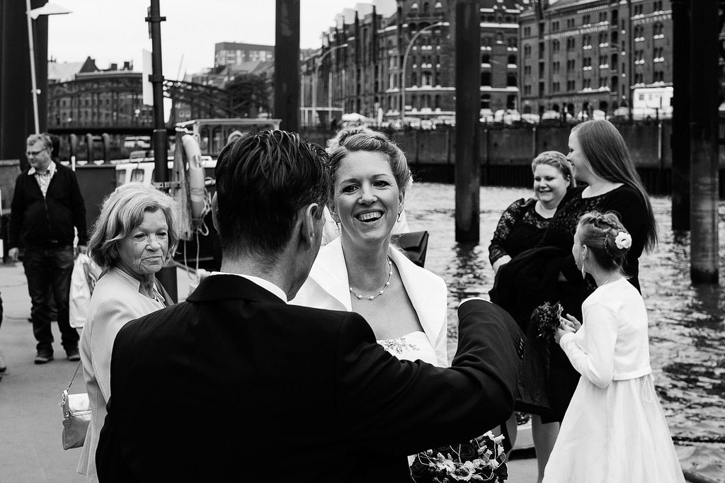 Begrüßung der Hochzeitsgäste an der Flußschifferkirche am Binnenhafen. Die Hochzeitsbilder vom Hochzeitsfotograf Hamburg