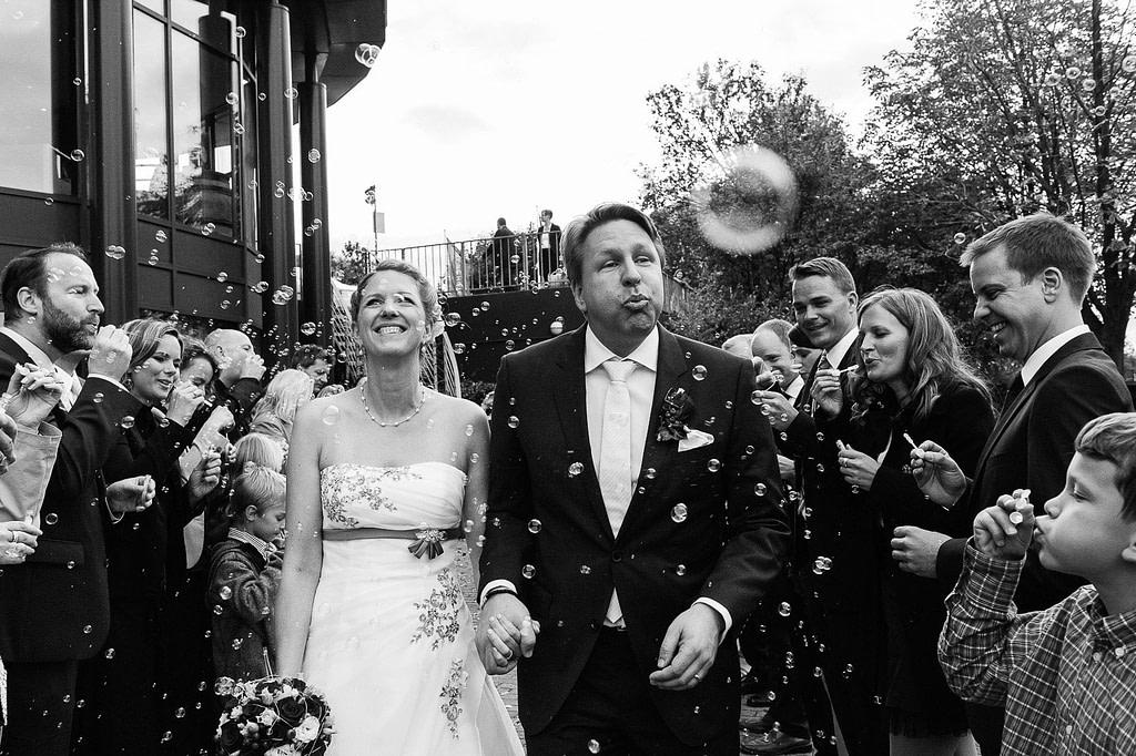 Am Kai 10 wird das Hochzeitspaar mit einem Meer aus Seifenblasen von den Hochzeitsgästen begrüßt. Die Hochzeitsbilder vom Hochzeitsfotograf Hamburg