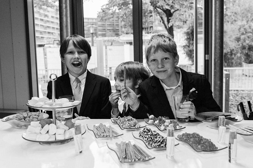 Kinder am Süßigkeiten Büfett im Restaurant Kai 10. Die Hochzeitsbilder vom Hochzeitsfotograf Hamburg